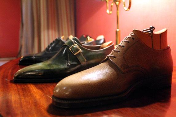 Zapatos expuestos en la conferencia del Círculo Ecuestre